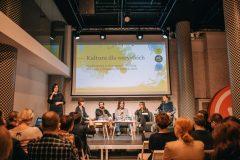 Konferencja na temat dostępności w Strefie Kultury Wrocław. Goście, prowadzący, paneliści.