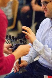 Niewidomy uczestnik zajęć w Synagodze pod Białym Bocianem dotyka chanukiję