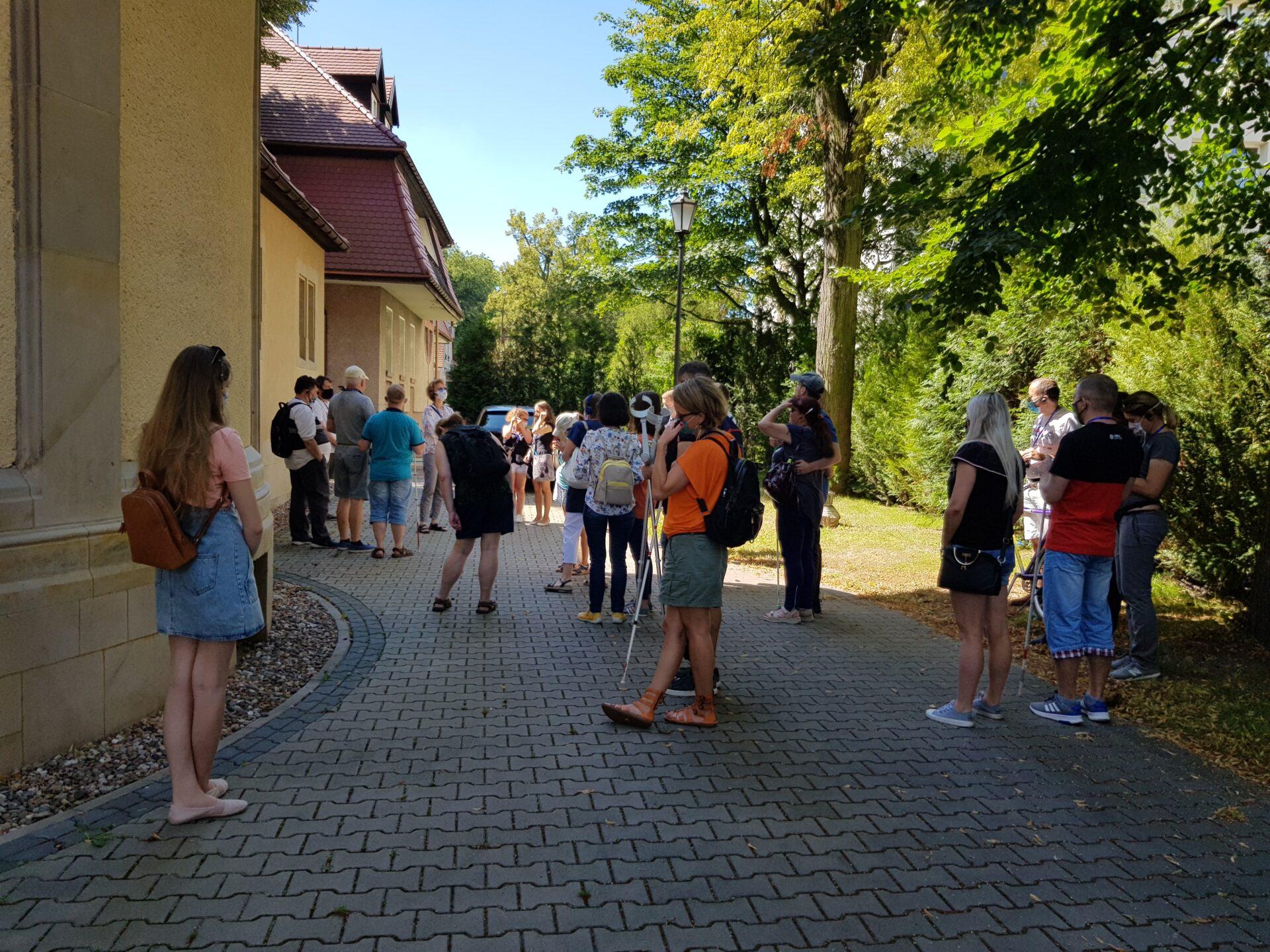 Uczestnicy spaceru z audiodeskrypcją po osiedlu Brochów