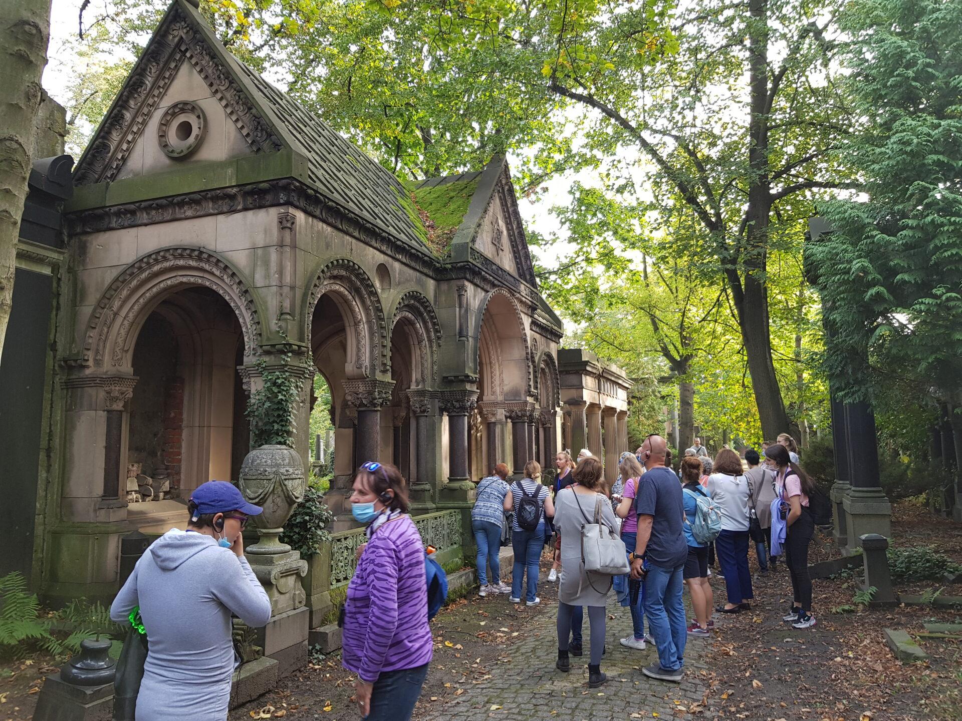 uczestnicy spaceru z audiodeskrypcją po starym cmentarzu żydowskim we Wrocławiu
