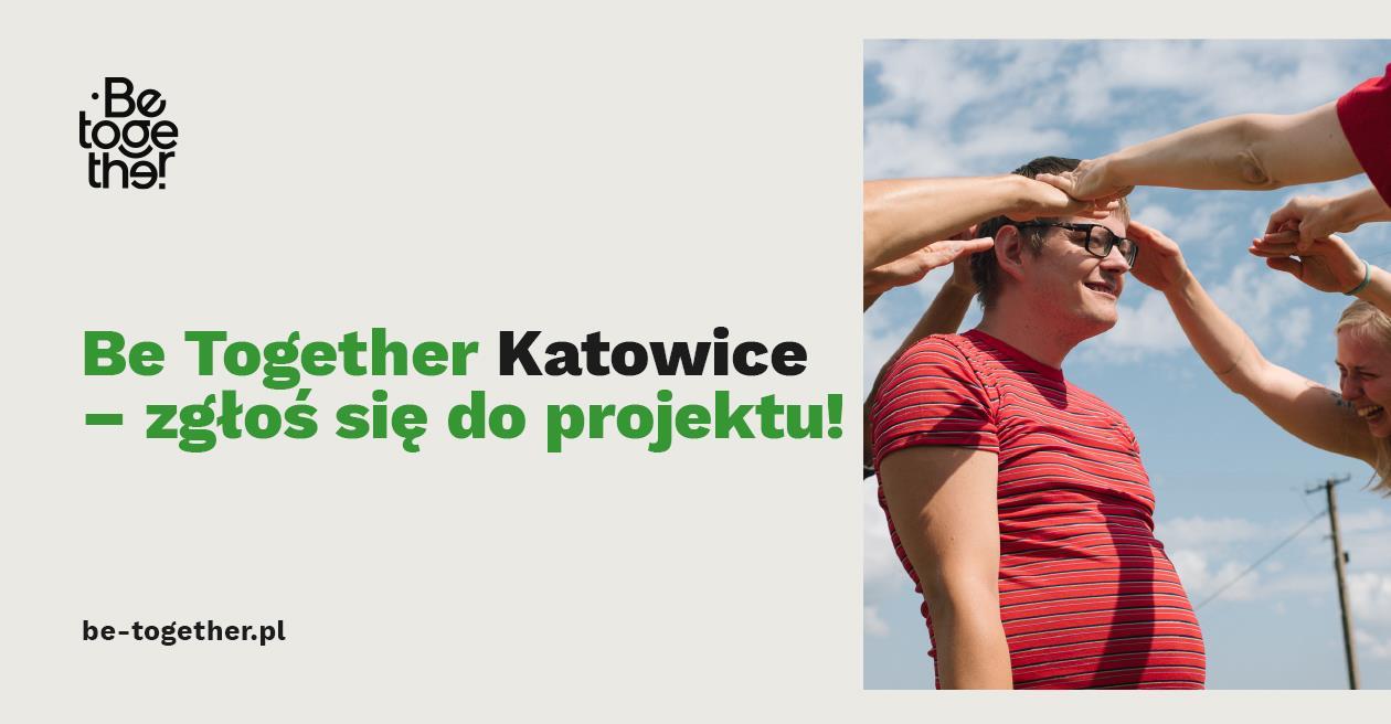 na szarym tle napis: Be Together Katowice - zgłoś się do projektu plus. Po prawej stronie mężczyzna w czerwonej koszulce w paski. Kilka osób przykłada dłonie do jego głowy, mężczyzna uśmiecha się.
