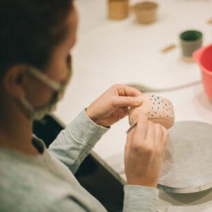Doznanie zmysłów – warsztaty ceramiczne w PJM